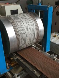 Prägung der Holzstruktur im Produktionsprozess